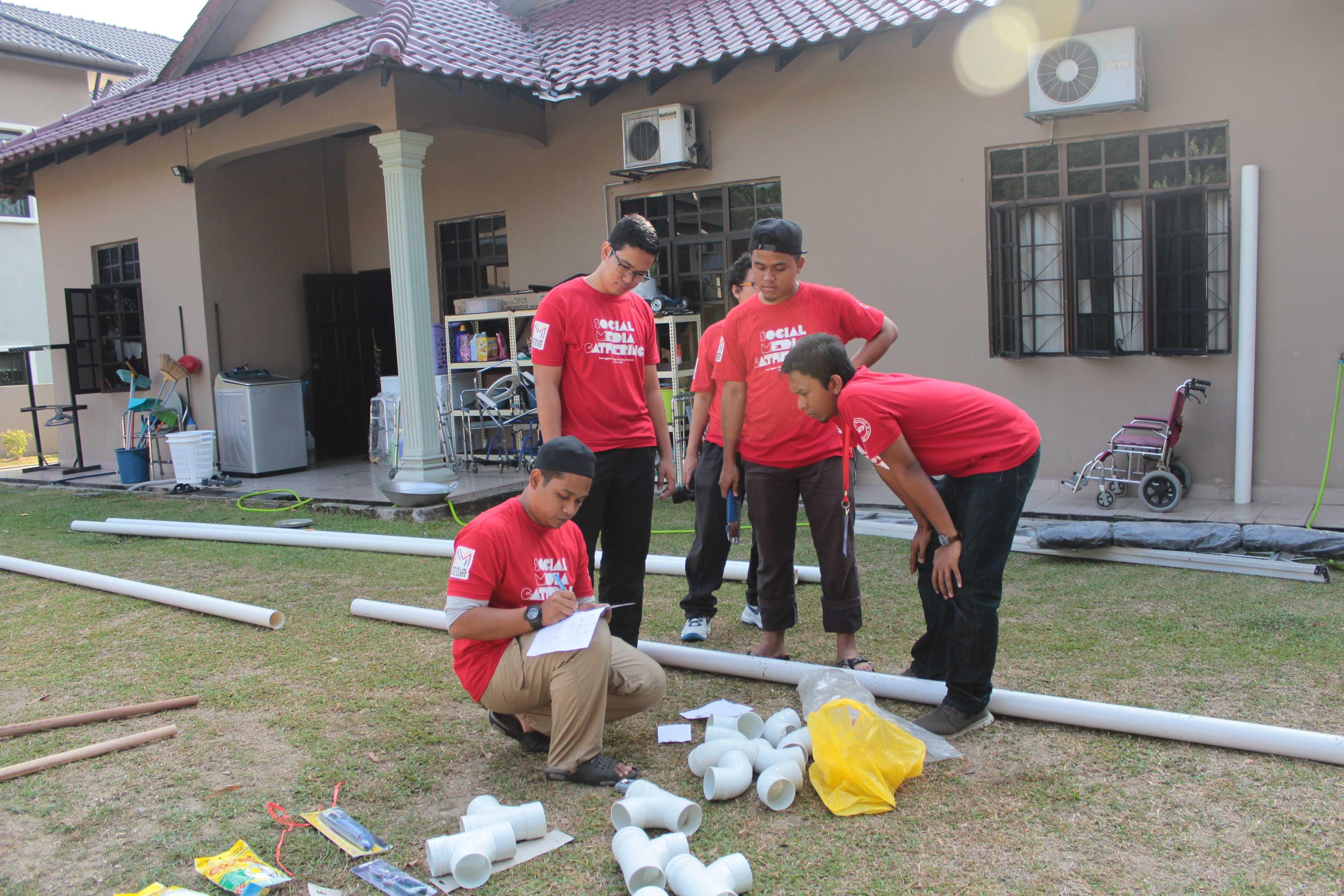 Salah seorang petugas MVM sedang menerangkan kepada sukarelawan untuk pembahagian tugas untuk membina kebun