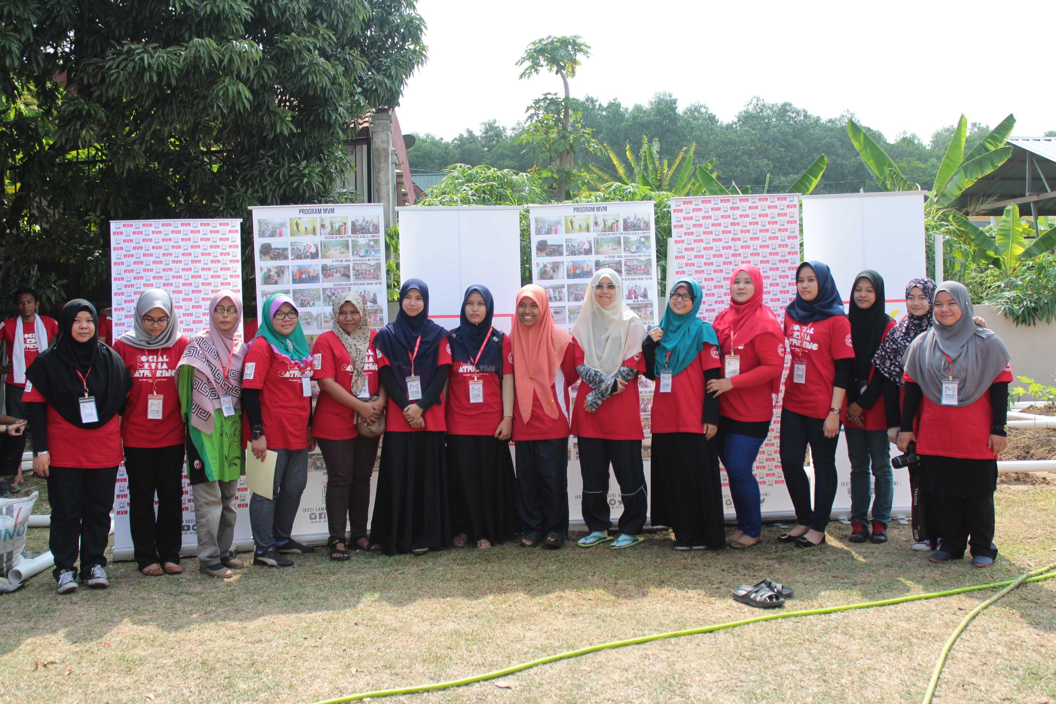 Sukarelawan wanita yang terlibat didalam Social Media : The Gathering