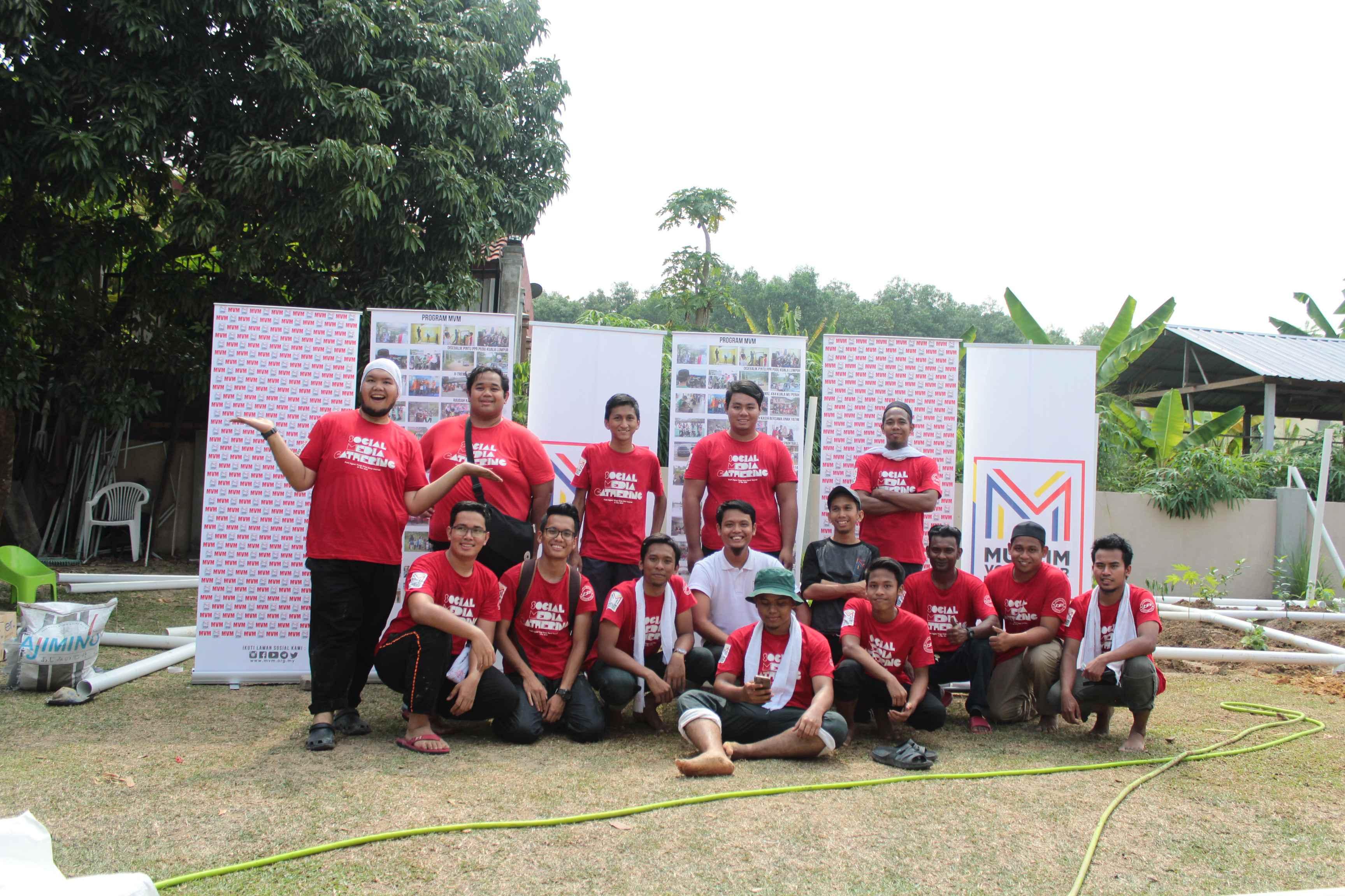 Sukarelawan Lelaki yang terlibat didalam Social Media : The Gathering