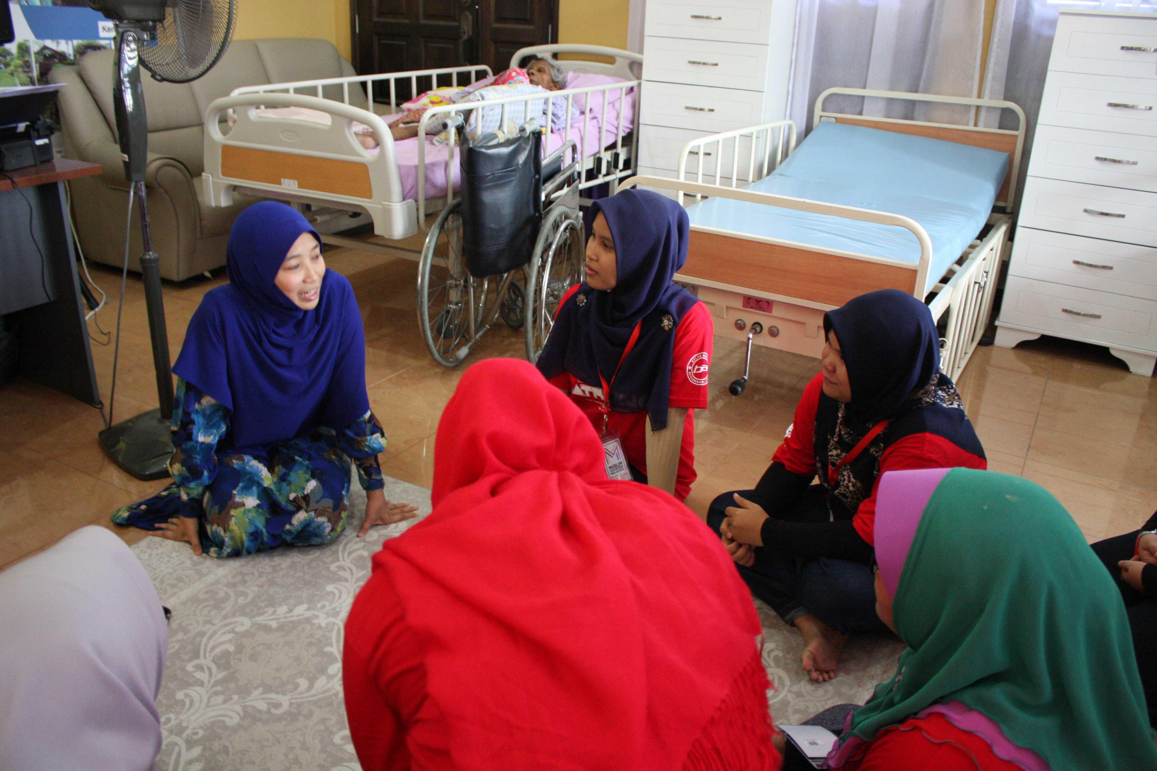 Sukarelawan perempuan turut menerima sedikit perkongsian daripada Hjh Asral Widad, Pengasas Darul Insyirah.